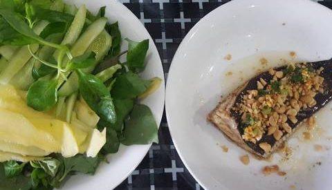 Cá đuối hấp mỡ hành + bánh tráng + rau thơm